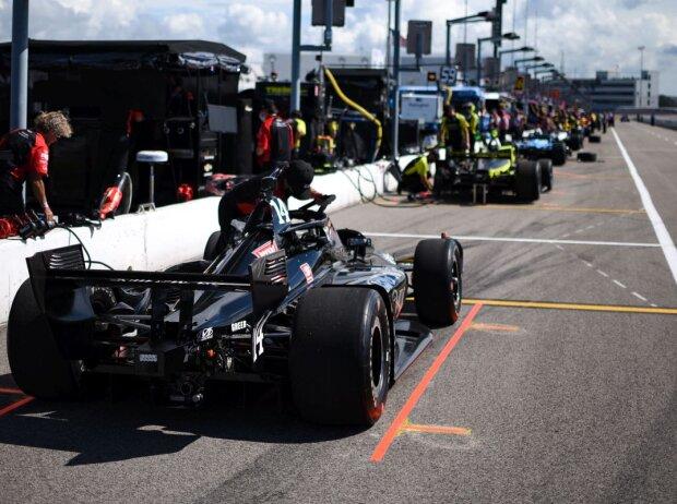 IndyCars in der Boxengasse im Gateway Motorsports Park in St. Louis