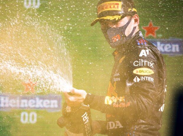 Champagnerdusche: Max Verstappen (Red Bull) jubelt über seinen Sieg beim Grand Prix der Niederlande in Zandvoort 2021