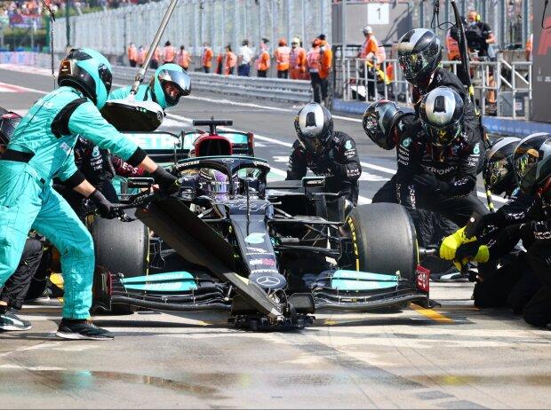 Lewis Hamilton im Mercedes W11 beim Reifenwechsel im Grand Prix von Ungarn der Formel 1 2021 auf dem Hungaroring bei Budapest