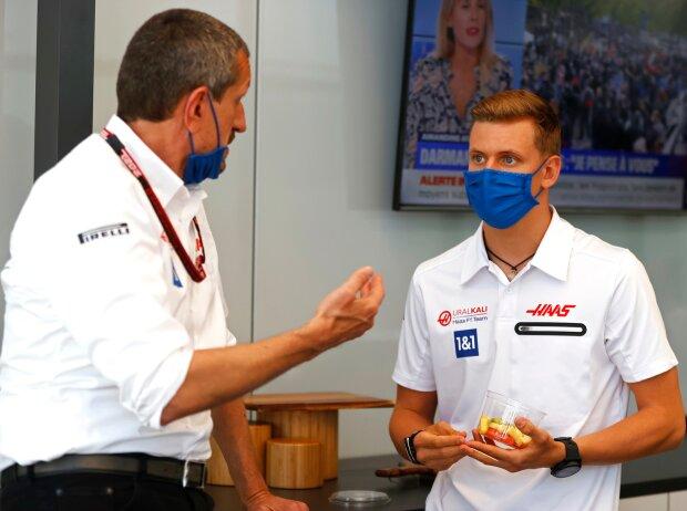 Günther Steiner (Teamchef) und Mick Schumacher (Haas) beim Gespräch in der Box