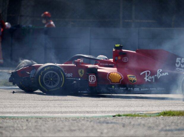 Unfall von Carlos Sainz (Ferrari) in der Ascari-Schikane im zweiten Freien Training zum Grand Prix von Italien in Monza 2021