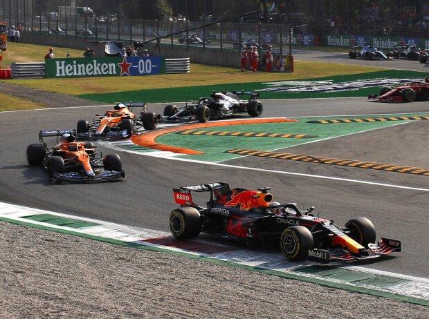 Max Verstappen (Red Bull RB16B) vor Daniel Ricciardo, Lando Norris (beide McLaren MCL35M) und Lewis Hamilton (Mercedes W12) beim Formel-1-Sprint in Monza 2021