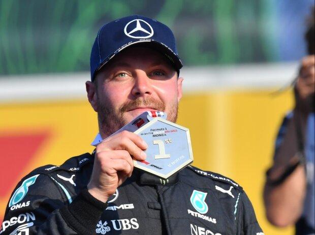 Valtteri Bottas (Mercedes) mit der Medaille für den Sieg beim Formel-1-Sprint in Monza 2021