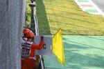 Sportwarte zeigen gelbe Flaggen und das Safety-Car-Schild