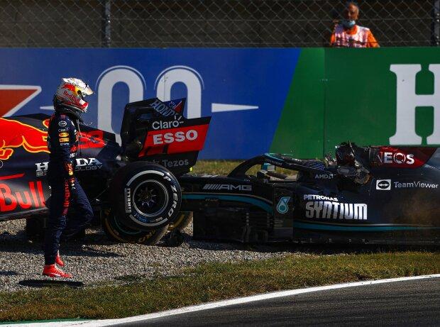 Lewis Hamilton (Mercedes W12) & Max Verstappen (Red Bull RB16B) kollidieren im Formel-1-Rennen von Italien in Monza 2021