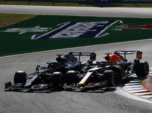 Lewis Hamilton (Mercedes W12) und Max Verstappen (Red Bull RB16B) kollidieren beim Formel-1-Rennen von Italien in Monza 2021