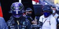 Lewis Hamilton (Mercedes) geht nach dem Crash mit Max Verstappen (Red Bull) beim Grand Prix von Italien in Monza 2021 enttäuscht zurück an die Box und wird dabei von einem Kameramann verfolgt