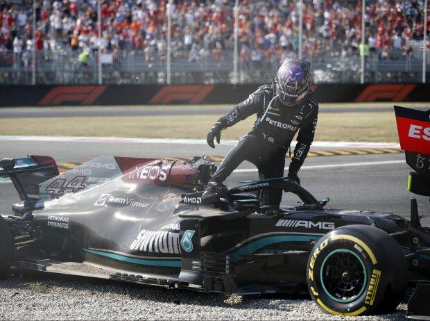 Lewis Hamilton (Mercedes) steigt nach dem Crash mit Max Verstappen (Red Bull) beim Grand Prix von Italien in Monza 2021 aus dem Wrack aus