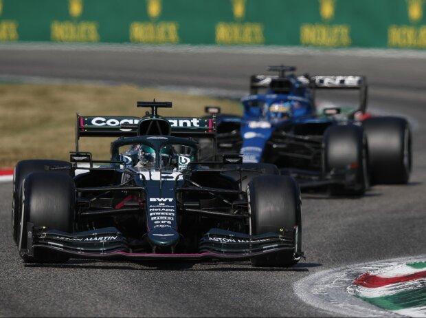 Lance Stroll im Aston Martin vor Fernando Alonso im Alpine beim Grand Prix von Italien der Formel 1 2021 in Monza