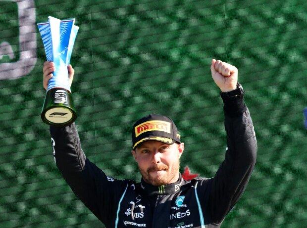 Valtteri Bottas mit dem Pokal für Platz drei beim Italien-Grand-Prix der Formel 1 2021 in Monza auf dem Podium