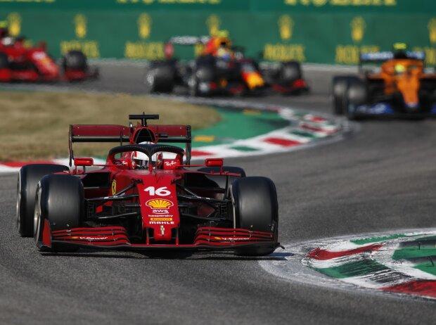 Der Ferrari SF21 von Charles Leclerc im Vordergrund mit Lando Norris und Sergio Perez dahinter beim Grand Prix von Italien der Formel 1 2021 in Monza