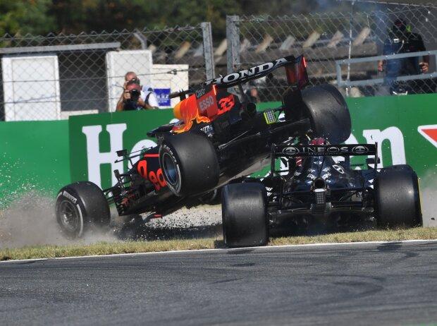 Der schwere Unfall von Max Verstappen im Red Bull RB16B und Lewis Hamilton im Mercedes W12 beim Grand Prix von Italien der Formel 1 2021 in Monza