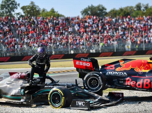 Lewis Hamilton (Mercedes) steigt nach der Kollision mit Max Verstappen (Red Bull) beim Grand Prix von Italien in Monza 2021 aus dem Cockpit