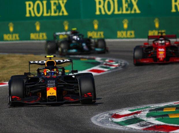 Sergio Perez (Red Bull) hat sich im Duell mit Charles Leclerc (Ferrari) beim Grand Prix von Italien in Monza 2021 einen anhaltenden Vorteil verschafft, indem er beim Überholen die Strecke abgekürzt hat