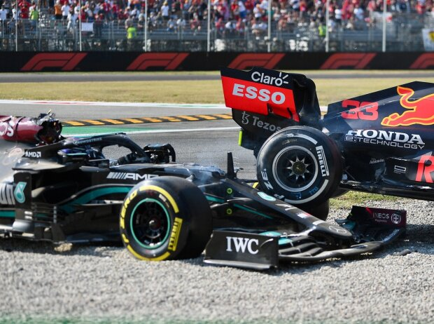 Lewis Hamilton im Mercedes W12 nach dem Unfall mit Max Verstappen im Red Bull RB16B beim Grand Prix von Italien der Formel 1 2021 in Monza