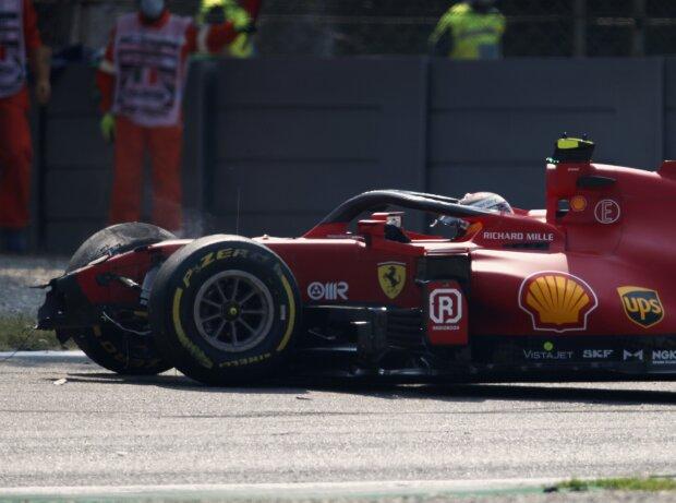 Carlos Sainz nach seinem Unfall im zweiten Freien Training zum Grand Prix von Italien der Formel 1 2021 in Monza in seinem Ferrari SF21 in der Ascari-Schikane
