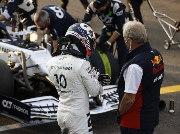 Pierre Gasly (AlphaTauri) im Gespräch mit Motorsportkonsulent Helmut Marko (Red Bull)