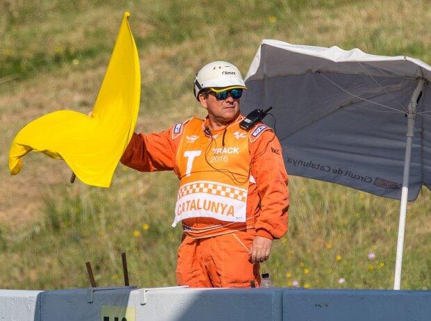 Sportwart mit gelber Flagge