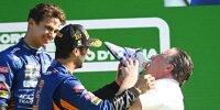 Daniel Ricciardo, Lando Norris & McLaren-Geschäftsführer Zak Brown feiern mit einem Shoey auf dem Podium in Monza