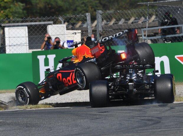 Max Verstappen (Red Bull RB16B) & Lewis Hamilton (Mercedes W12) kollidieren im Formel-1-Rennen von Italien in Monza 2021