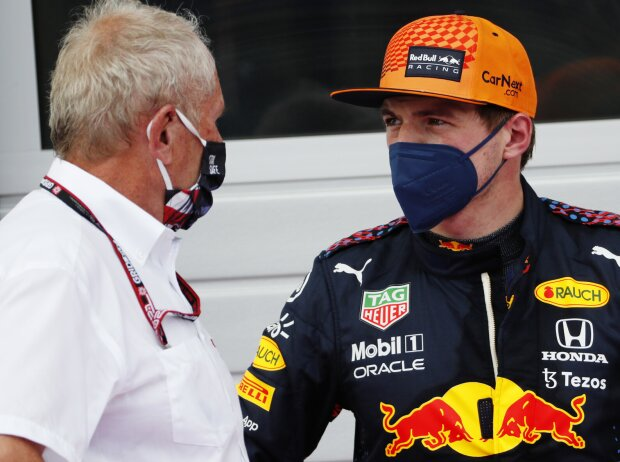 Red-Bull-Motorsportkonsulent Helmut Marko im Gespräch mit Max Verstappen
