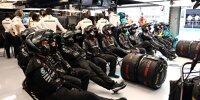Mercedes-Mechaniker schauen das Rennen, dahinter steht Teamchef Toto Wolff an seinem Kommandopult