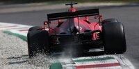 Heckansicht von Charles Leclerc (Ferrari), der beim Durchfahren einer Kurve in Monza 2021 über den Randstein Kieselsteine aufwirbelt