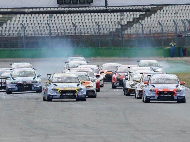 Start des Feldes beim Sonntagsrennen der ADAC TCR Germany auf dem Hockenheimring