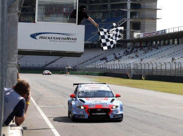 Luca Engstler kürte sich auf dem Hockenheimring zum inoffiziellen Halbzeitmeister der ADAC TCR Germany 2021
