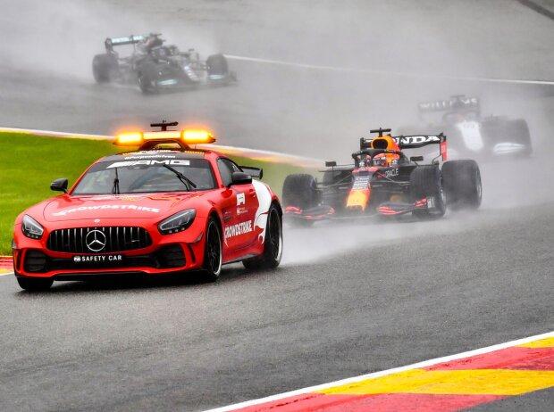 Formel-1-Autos hinter dem Safety-Car beim Belgien-Grand-Prix in Spa 2021
