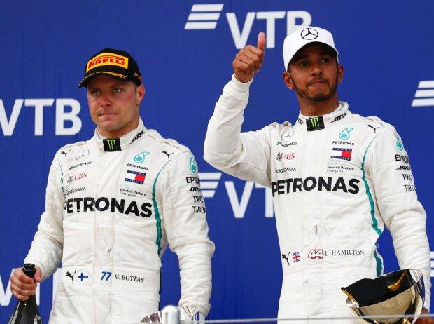 Valtteri Bottas & Lewis Hamilton (Mercedes) auf dem Podest beim Formel-1-Rennen in Russland 2018 in Sotschi