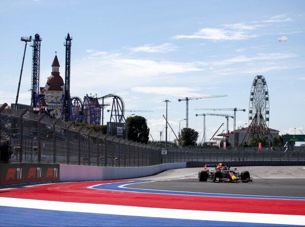 Max Verstappen im Red Bull RB16B im Freien Training zum Grand Prix von Russland 2021 in Sotschi auf dem Sochi Autodrom