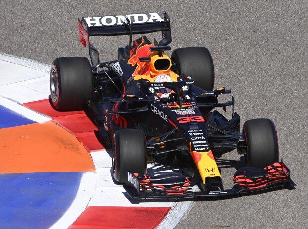 Max Verstappen (Red Bull RB16B) im Freien Training beim Formel-1-Rennen in Sotschi 2021