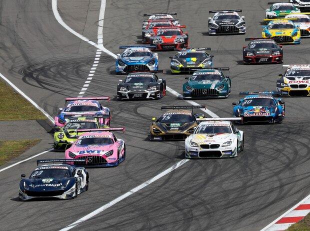 Rennfahrzeuge der DTM beim Start eines Rennens auf dem Nürburgring 2021