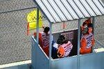Sportwarte mit gelber Flagge in Sotschi