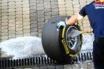 Mechaniker von Red Bull wäscht Felgen und Reifen