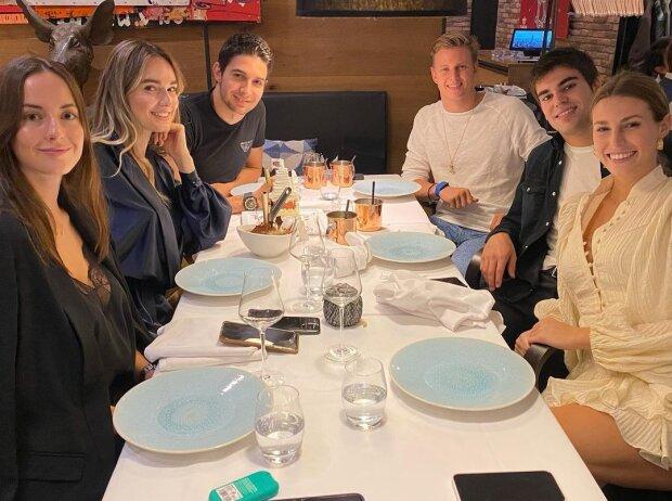 Abendessen zum 25. Geburtstag von Esteban Ocon: Ocon mit Freundin Elena, Lance Stroll mit Freundin Sara, ganz links eine weitere junge Dame und rechts hinten Mick Schumacher