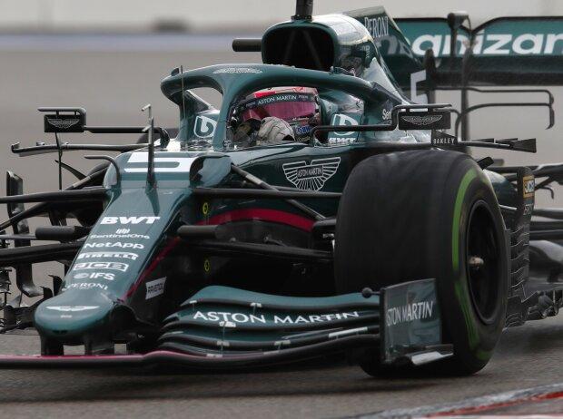 Sebastian Vettel im Aston Martin AMR21 im Formel-1-Qualifying zum Russland-Grand-Prix in Sotschi auf nasser Strecke mit Intermediate-Reifen