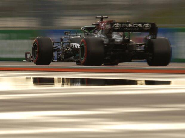 Lewis Hamilton (Mercedes W12) im Qualifying zum Formel-1-Rennen von Russland in Sotschi 2021