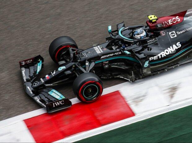 Valtteri Bottas im Mercedes W12 auf feuchter Strecke im Formel-1-Qualifying zum Russland-Grand-Prix 2021 in Sotschi