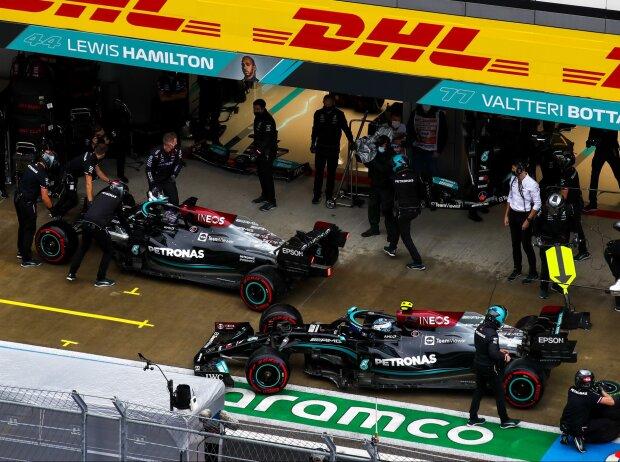 Lewis Hamilton und Valtteri Bottas vor der Mercedes-Box, nach dem Unfall von Hamilton im Formel-1-Qualifying zum Grand Prix von Russland in Sotschi