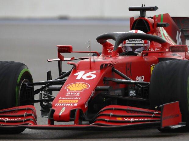 Charles Leclerc im Ferrari SF21 im Nassen beim Formel-1-Qualifying zum Russland-Grand-Prix 2021 in Sotschi