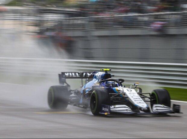 Nicholas Latifi im Williams FW43B im Regen beim Formel-1-Qualifying in Sotschi zum Russland-Grand-Prix 2021
