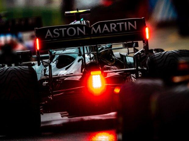 Sebastian Vettel im Aston Martin AMR21 in der Rückansicht mit leuchtender Hecklampe und Intermediates in der Boxengasse beim Russland-Grand-Prix 2021 in Sotschi