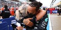 Lewis Hamilton (Mercedes) dankt seiner Physiotherapeutin Angela Cullen nach seinem 100. Sieg beim Formel-1-Rennen von Russland in Sotschi 2021