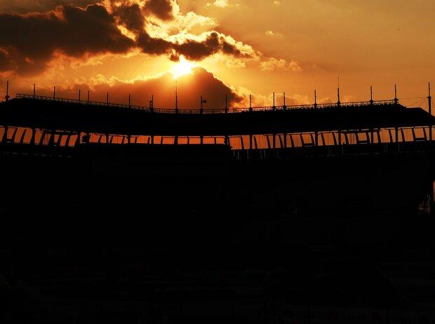 Sonnenuntergang hinter dem Baseball-Stadion Foro Sol im Autodromo Hermanos Rodriguez in Mexico City