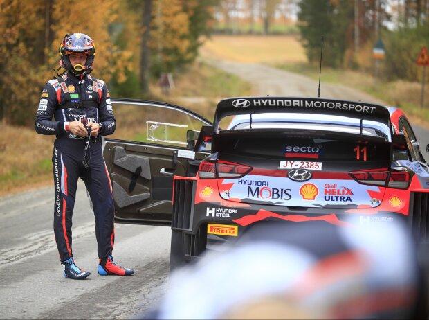Thierry Neuville steht bei der Rallye Finnland 2021 neben seinem Hyundai i20 WRC