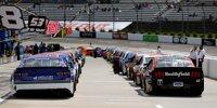 NASCAR-Autos in der Boxengasse des Martinsville Speedway