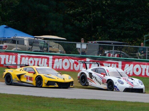 Die Corvette von Antonio Garcia und Jordan Taylor im Zweikampf mit dem Weathertech-Porsche von Kevin Estre und Cooper MacNeil bei der IMSA Sportscar Championship auf dem Virginia International Raceway