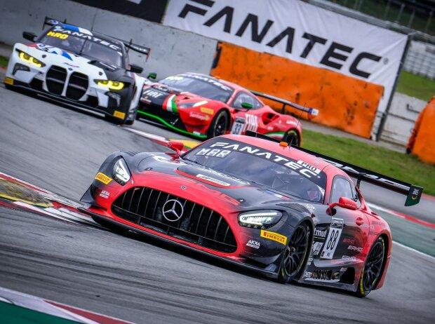 Felipe Fraga, Jules Gounon und Raffaele Marciello holten den Sieg beim GTWC-Finale; im Hintergrund der gaststartende BMW M4 GT3